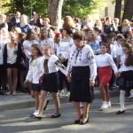 В Черновицкой гимназии №5 праздничная линейка прошла с выносом знамени и первым звонком от первоклашек