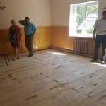 Подрядчик в Черновцах перестелив пол в школе гнилыми досками